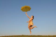 Das Mädchenspringen und läuft, Stockfotos