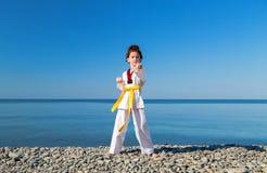 Das Mädchentraining auf dem Strand: Taekwondo, Sport Stockfotos