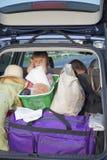 Das müde Kind im Auto Stockbild