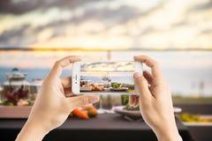Das Machen des Fotos der leeren Gläser stellte in Restaurant - Abendtisch O ein Stockfotografie