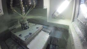 Das Mahlen formt aus einem Metallstück auf einer CNC-Maschine heraus stock video footage