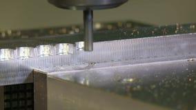 Das Mahlen formt aus einem Metallstück auf einer CNC-Maschine heraus stock video