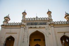 Das mainstreet von Mawlamyine, Myanmar, mit der schönen Moschee myanmar birma lizenzfreie stockfotografie