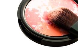 Das Make-up, das mehrfarbig ist, errötet mit der lokalisierten Bürstennahaufnahme Stockfoto
