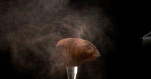 Das Make-upbürstenverbreiten erröten Pulver auf schwarzem Hintergrund, Zeitlupe stock video footage
