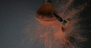 Das Make-upbürstenverbreiten erröten Pulver auf schwarzem Hintergrund, Zeitlupe stock footage