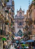 Das malerische über Pacini in Catania, mit dem Schongebiet Madonnas Del Carmine im Hintergrund lizenzfreie stockfotos