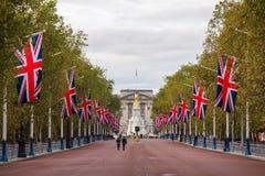 Das Mall, das mit Union Jack verziert wird, kennzeichnet London Großbritannien Lizenzfreies Stockfoto