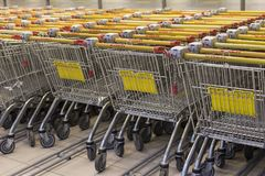 Das Mall, wenige Besucher, viele LKWs für Produkte, redaktionell lizenzfreie stockbilder