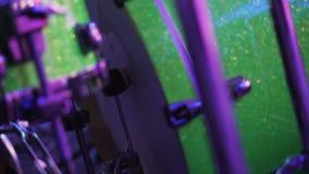 Das Mann ` s Bein drückt das Pedal der großen Trommel stock video footage