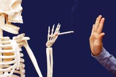Das Manngestikulieren dementiert vorgeschlagene Zigarette Stockfoto