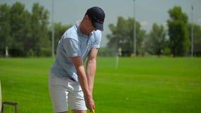 Das Mannspiel ein Golf am Kurs stock video
