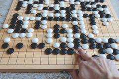 Das Mannspielen gehen Brettspiel Stockbild