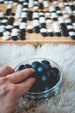 Das Mannspielen gehen Brettspiel Stockfotografie