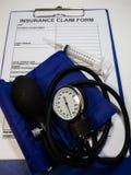 Das Manometer gesetzt auf Anspruch auf Versicherungsleistungen Form stockfoto