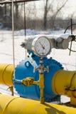 Das Manometer wird am Gasrohr angebracht Stockbilder
