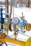 Das Manometer wird am Gasrohr angebracht Lizenzfreies Stockfoto