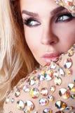 Das Mantelporträt einer schönen blonden Frau mit grünen Augen kleiden mit Kristallen an Stockfoto