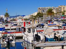 Das Marine Maritime Club-Symbol auf Hafenwand in Marbella in Spanien Stockbilder