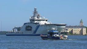 Das Marinepolizeiboot schwimmt auf den Hintergrund des Küstenwachschiffs stock video