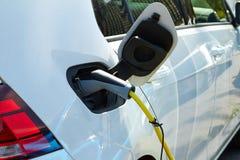 Das Maschine Elektroauto wird durch Strom aufgeladen stockfoto