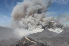 Das Maschinenhaus-Feuer | 2013 | enorme Federn des Rauches Stockfoto