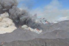 Das Maschinenhaus-Feuer | 2013 | enorme Federn des Rauches u. des Feuers Stockfotografie