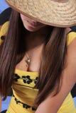 Das Mädchen in einem Hut des Cowboys. Stockfotografie