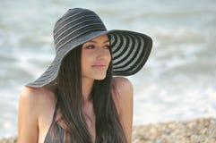Das Mädchen in einem schwarzen Badeanzug Lizenzfreies Stockfoto