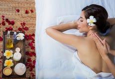 Das Mädchen entspannt sich im Badekurortsalon Lizenzfreies Stockfoto