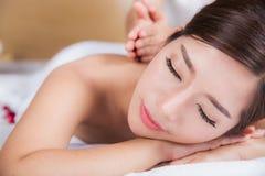 Das Mädchen entspannt sich im Badekurortsalon Stockbilder