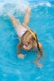 Das Mädchen im Pool Stockfotos