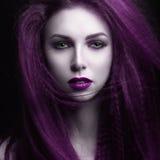 Das Mädchen mit dem blassen Haut- und Purpurhaar in Form eines Vampirs Insta-Farbe Stockfotografie