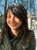 Das Mädchen mit einem Schnee auf Haar Stockfoto