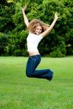 Das Mädchen-Springen Stockfoto