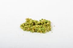 Das medizinische Marihuana, das oben gerieben wird und bereiten vor, um zu rollen Mit einem Stahlknospenkerl stockfotografie