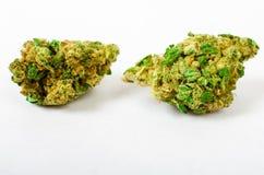 Das medizinische Marihuana, das oben gerieben wird und bereiten vor, um zu rollen Mit einem Stahlknospenkerl stockbilder