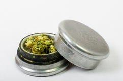 Das medizinische Marihuana, das oben gerieben wird und bereiten vor, um zu rollen Mit einem Stahlknospenkerl lizenzfreie stockfotografie