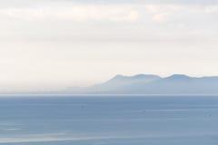 Das Meer, der Himmel und der Berg Stockfoto
