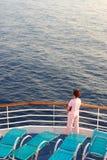 Das Meer, die Frau, die Lieferung. Stockbilder