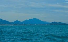 Das Meer mit dem Berg Stockbilder