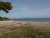 Das Meer mit Gebirgsschnee Stockbild