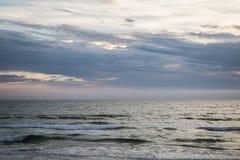 Das Meer und der Himmel, die den Tag teilen Stockfotografie