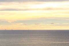 Das Meer und der Himmel vor Sonnenuntergang Stockfotografie