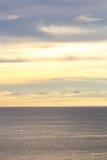Das Meer und der Himmel vor Sonnenuntergang Stockbild