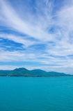 Das Meer und der schöne blaue Himmel Lizenzfreies Stockfoto