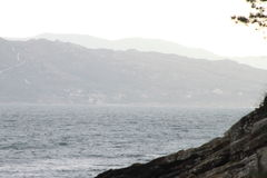 Das Meer und die Berge Stockfoto