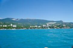 Das Meer und die Berge im Sommer Stockfotografie