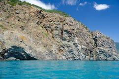 Das Meer und die Berge im Sommer stockfotos