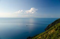Das Meer und die Berge im Sommer stockbilder